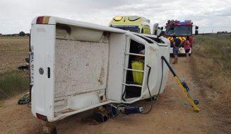 Tres heridos al volcar un pick-up en Villalba de Adaja